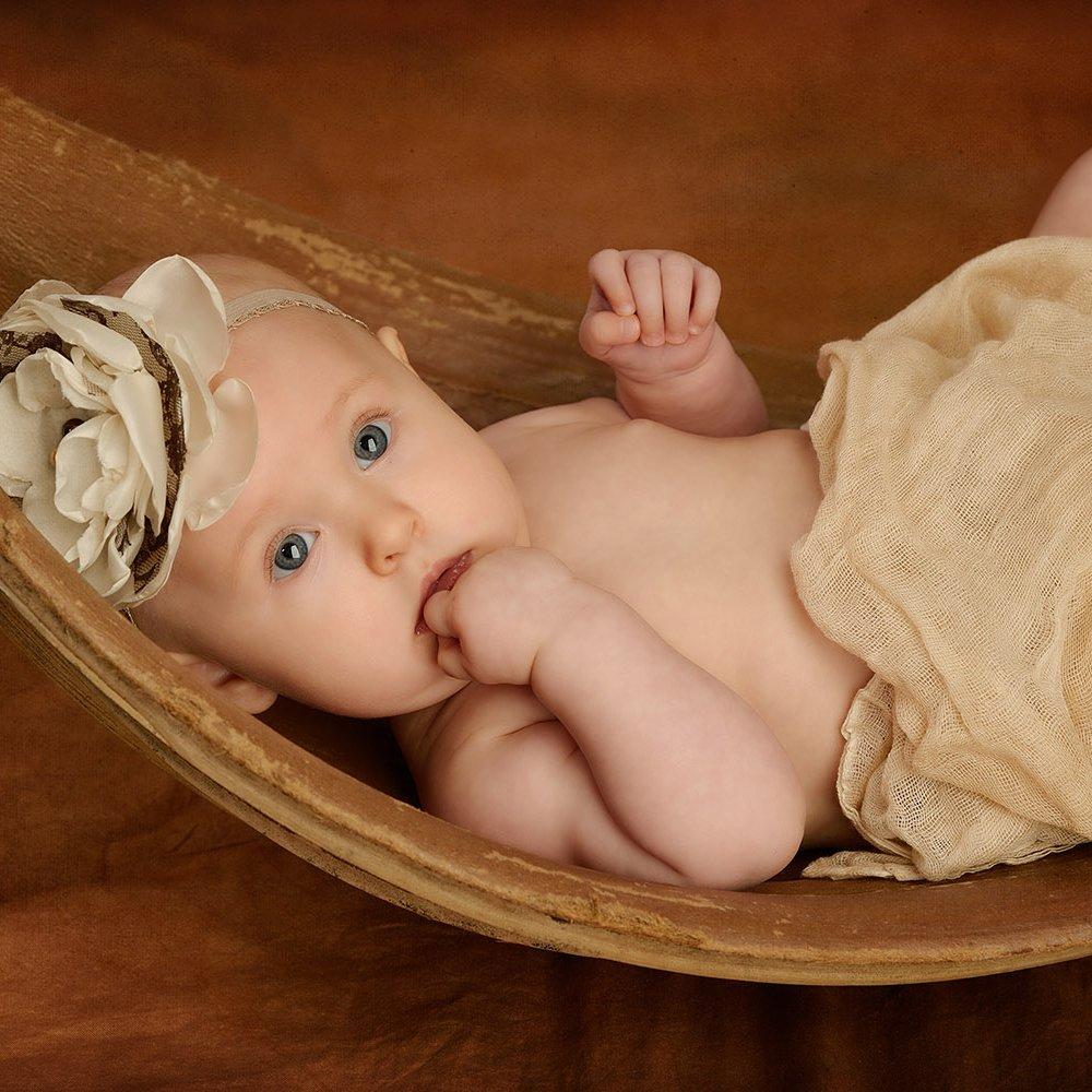 Baby in Bananenschale