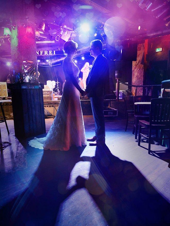 Hochzeitspaar vor Bühne im Meisenfrei Bremen
