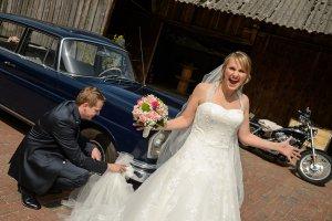 Brautkleid wird zum Reifenputzen verwendet