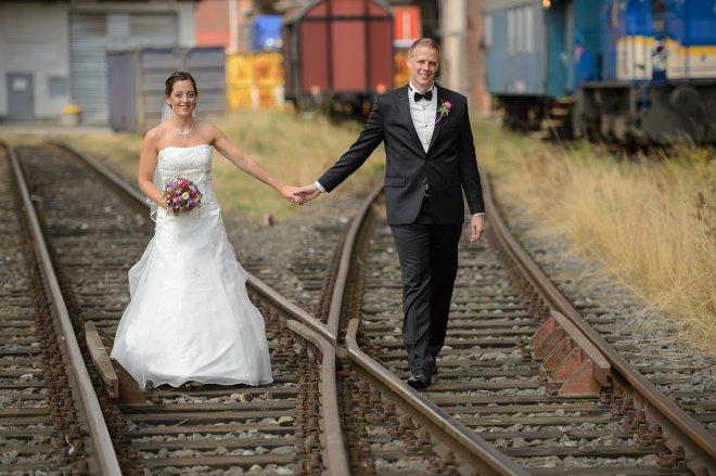 Hochzeitspaar auf Gleisen