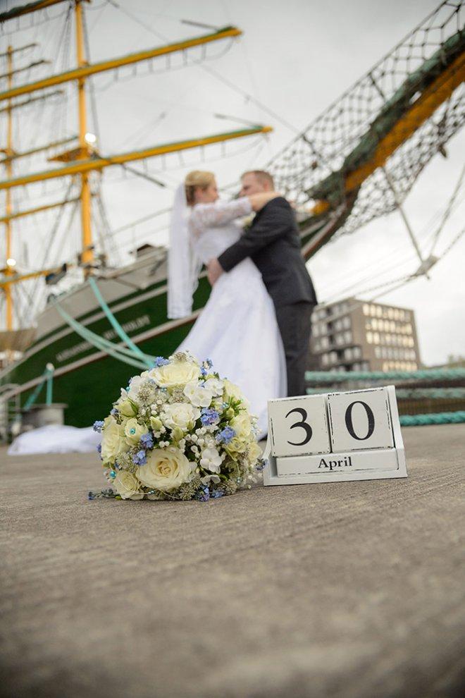 Hochzeitspaar vor Alexander von Humboldt